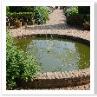 手前のWalled Gardenは 一辺65mほどの四角形。その真ん中に池。