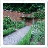 三角の庭の2つの隅に 塀を利用したアバー。