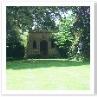 庭の奥に見えるのが ガゼボ。