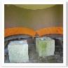 ガゼボの中のクッション。円形のシートに敷くものを乾かしているのでしょう。