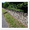 モルタルを使わないで 積み上げただけの塀。隙間は小動物の住処。