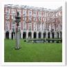 建物は均整の取れた美しいデザインです。Fountain Court。