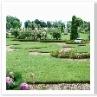 芝生が切り取られて 幾何学模様が浮き出すようにデザインされている。
