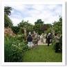 ヒマラヤスギの反対側にレンガの塀と門柱がありその間がオールド・ガーデン。