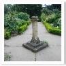 日時計。4っの花壇はボックス・ヘッジで囲われています。少しカーブさせてますね。