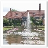 建物は「ラボラトリー」。前庭には Canal。睡蓮の池です。