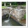 壁泉から勢い良く水が流れ落ちていました。