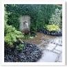壁泉から 水は中央の池に導かれ その水は外の壁泉に繋がる。