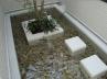 噴水で揺れる水面。水辺の中央にある花壇。 施工例3