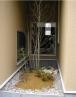 レンガ・砂利・石・植栽の組合わせ。外側からの眺め。 施工例4
