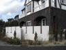 建物の白塗り壁と白塗り塀