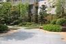 御影石を使用したテラスと向き合う庭