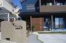建物の青い外壁に自然な質感の木材を組み合わせました。施工例4