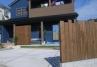 建物の青い外壁に自然な質感の木材を組み合わせました。施工例5