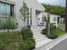 玄関アプローチ 建物と同色の階段と建物に似合う機能門柱