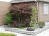 駐車場から玄関に向かうスロープ  小庭とバリアフリーアプローチ
