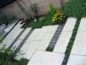 アプローチ脇  草花を植えて情緒豊かなスペース