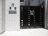 高い袖壁に見合ったシンプルかつ高級感のあるアルミ門扉。