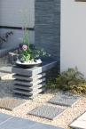 ■門柱に平板と磨いた石材を組み合わせた花台 施工例1