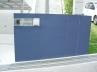住宅外壁と同色のブルーの門塀