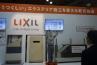 LIXILでは、ココマ�やデザインウォールテグランに使われる乾式タイル張り工法の実演。あらかじめカットされたタイルが用意されているなど工事の省力化に威力を発揮しそうです。