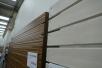 こうしてみると、木材のラフなテイストを表現するこだわり板と、ツーバイ材の面取りされたイメージがあるラウンド板の違いがよくわかります。