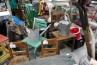 ガーデングッズの数々。アンティーク調というか、使い古した感じのものが多いです。みなさん、わかってらっしゃる。チェア、テーブルの他、ツールボックスやジョウロなど。