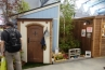 反対側には、ディーズガーデンのカンナキュート。オシャレにガーデン小物などを収納。