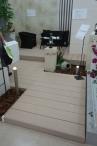 そして床材は、人工木デッキのエバーエコウッドのホワイト。リサイクル素材で環境に優しいのはもちろん、ビスの面に出ない施工、温度上昇を抑える素材特性など、人にもとても優しい製品です。