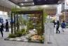 福岡エクステリア建設業協会による、モデルガーデンコーナー。アーチを飾るのはYKKAPのカスタマイズパーツ。石材に緑と水景を上手く組み合わせています。