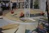 ガゼボの床まわりは、ネオストーンサークルタイプにて。蹴上面は天然石のカルチャーストーン仕上。ステップの上にあるのは、各種笠石、乱形の天然石などです。