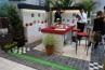 こちらはQB8とQB32の化粧ブロックを壁面とテーブルに使った、プライベートガーデンの提案。テーブルとチェアの赤がよく映えてますね。