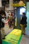 省スペース自転車収納を可能にする、壁掛け式駐輪ラック サイクルフック。色鮮やかな黄色のボディは、カラフルなスポーツバイクにはマッチしそうです。