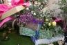 プレゼントからビックリ箱よろしく飛び出てきたのは、バラなどのお花。周りにチョウチョがヒラヒラしてて可愛い♪