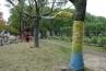 そうそう、ひとつ抜けていました。フィリップ ニエズさんの作品の後ろにあったストリートアート「祈りの木」。毛糸を街路樹や公共物に巻きつける「Yarn bombing」というアメリカ生まれのアートだとか。 / / /