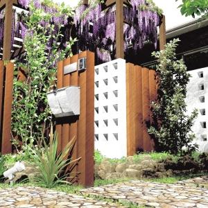ゆとりを楽しむためのオーソドックスなガーデンエクステリアプラン:門周り植栽