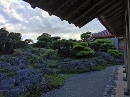 琉球石灰岩の庭園。沖縄らしいお庭です。
