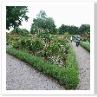 奥の庭は 一辺65m底辺50mの二等辺三角形のレンガの塀で囲まれている。