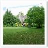 ガゼボの方からハウスを見る。均整のとれた庭。
