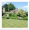 四角い庭のコーナーに パーテアが造られています。