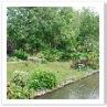 川のほとりの 花壇も 自然に生えているように 植えられている。