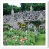 川沿いの街道にならぶ 家々。素晴らしい庭は誰が造っているのでしょうか。