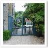 ヒッドコート・ブルーとして有名な青色で塗装されたゲート。