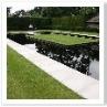防水シートそのままなので池は黒。空と緑がきれいに反射する。