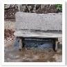 無垢板のベンチ。