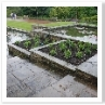 この階段が中央の軸線で 左右対称に花壇と池が配されています。