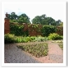 45度振った四角で構成した庭。丹念で精緻な赤レンガが印象的。