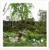 お庭の奥にはシンボルツリーと山水。洋風ですが和風も上手く取り込まれています。