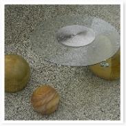 天然石でできたテーブル。オシャレですね。