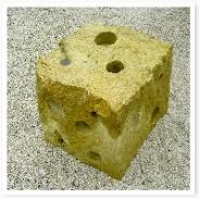 石のオブジェ。なんだか・・・チーズっぽいですねw